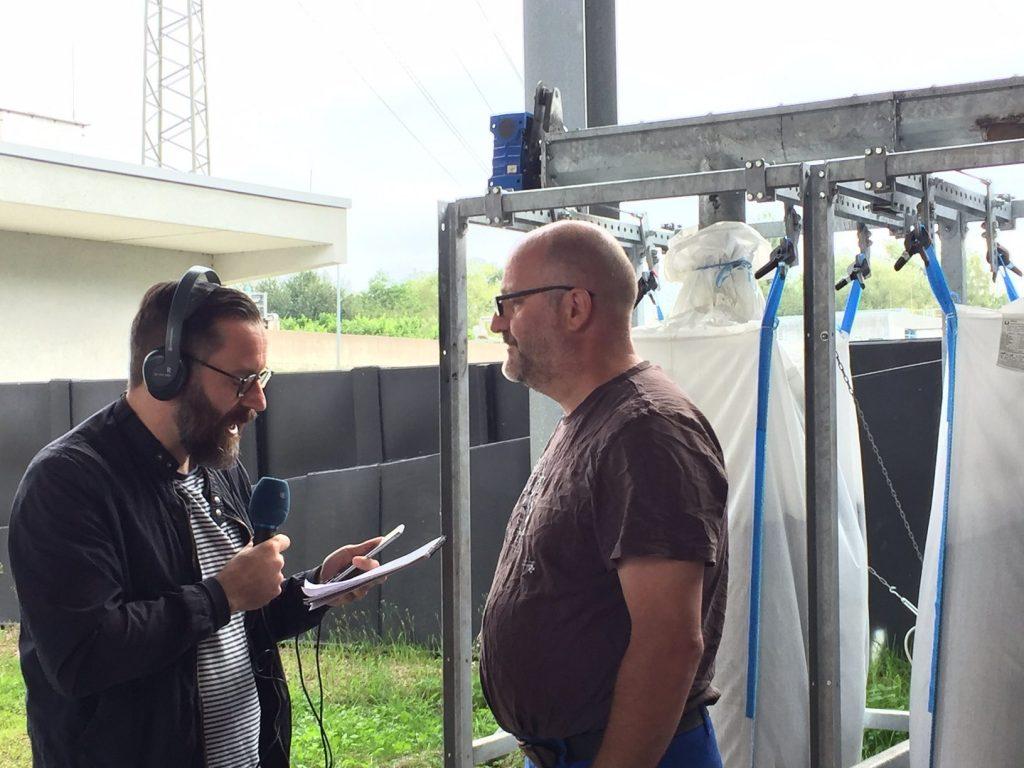 Reporter Uwe Jäger im Interview mit EVS-Mitarbeiter Klaus Reinshagen