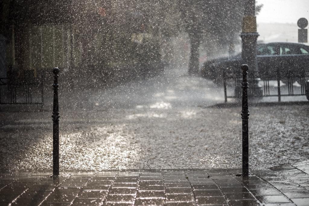 Starkenregen prasselt auf Straße
