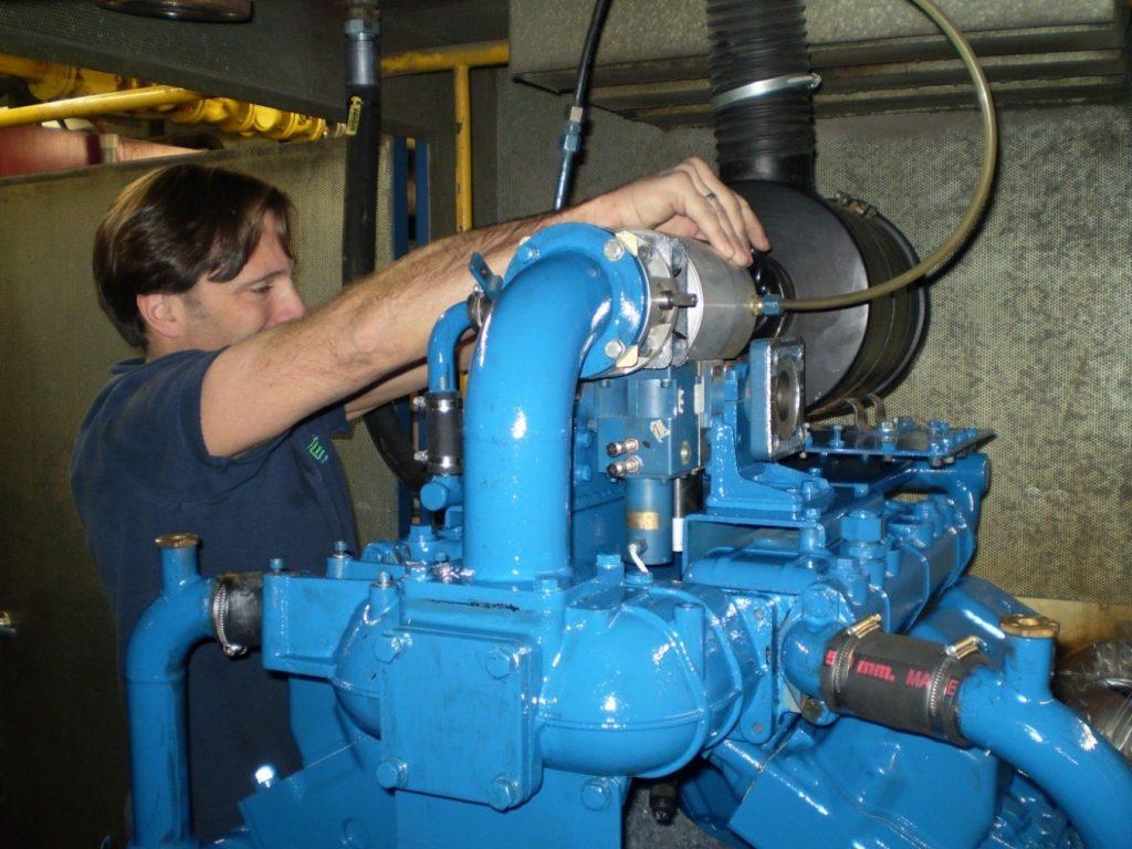 EVS-Schlosser Andreas Werner bei der Wartung eines Gasmotors