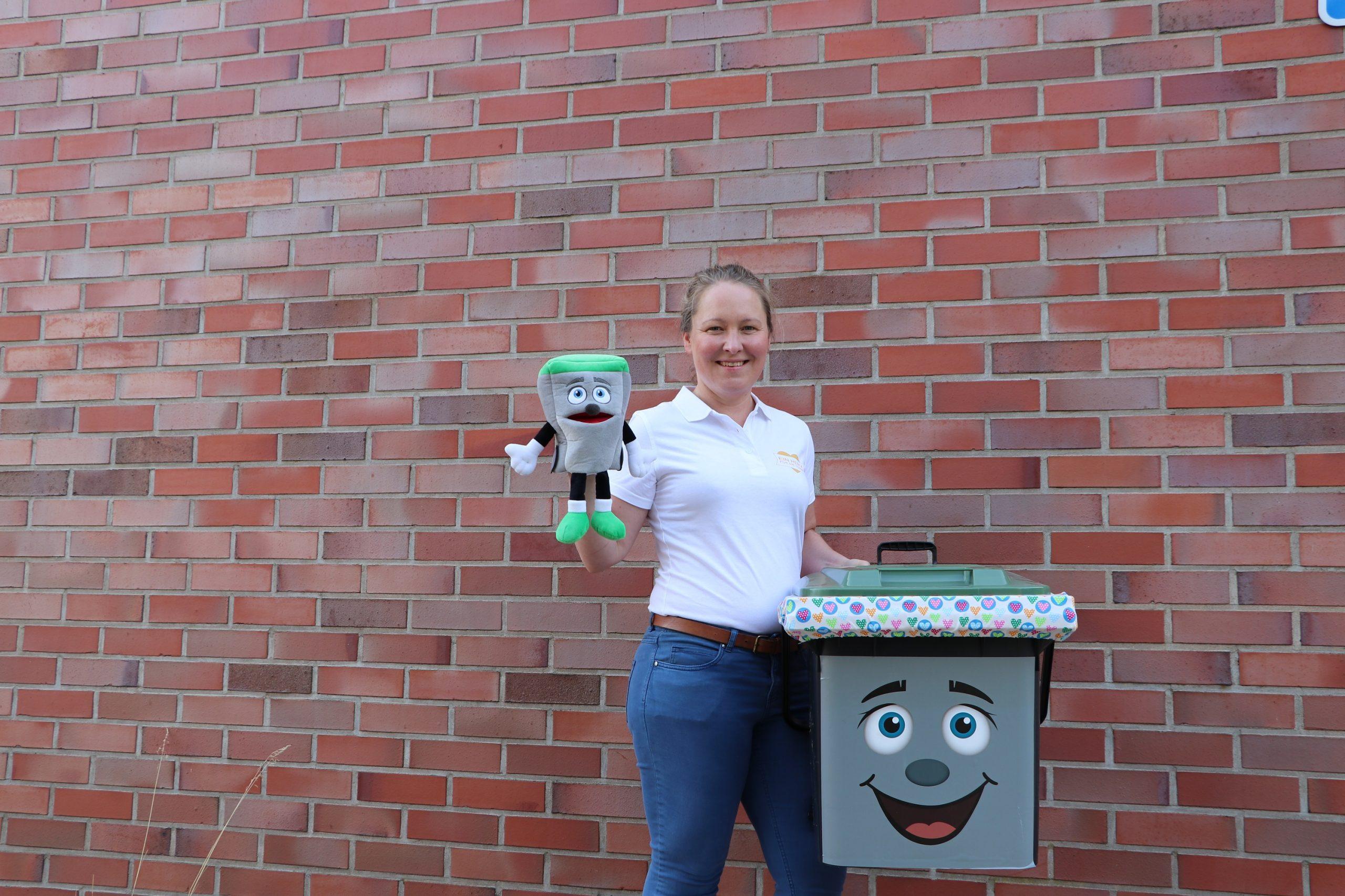 Marion - eine der beiden EVS-Spielleiter- mit TIBO freut sich auf Ihre Anmeldung