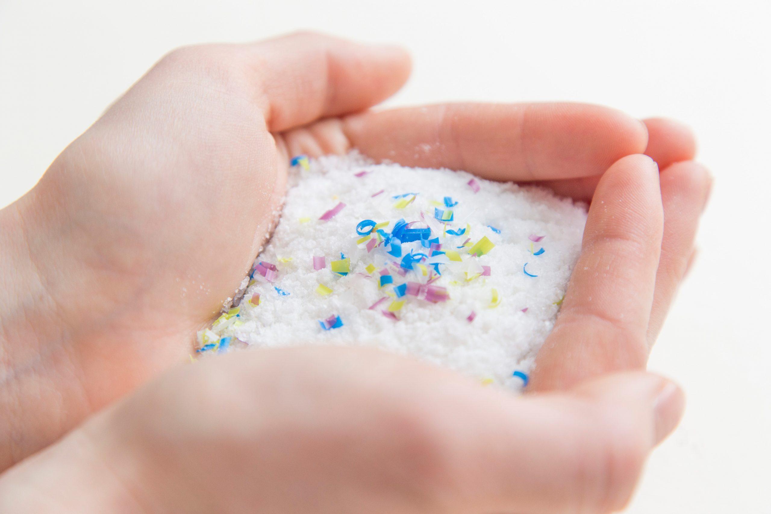 in Händen gehaltenes Mikroplastik