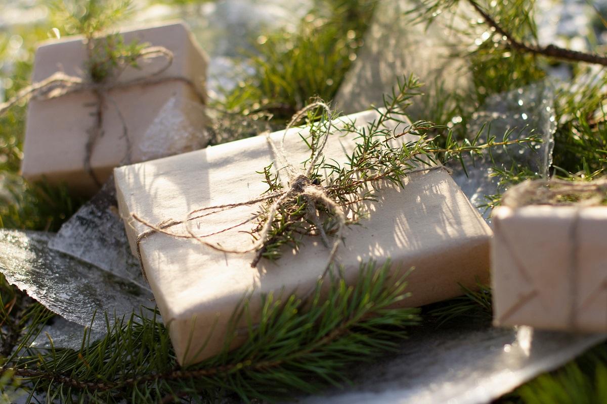 Geschenk in Packpapier verpackt