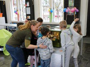 Kinder blicken auf BioMaZ
