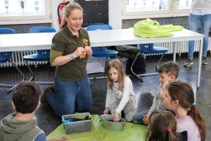 Kinder pflanzen Kresse in Blumentopf mit Kompost ein
