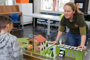Werkstattleiterin erklärt Kind den Biogut-Kreislauf