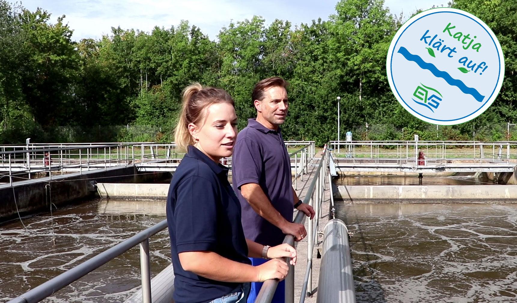 EVS-Mitarbeiter stehen zwischen Belebungsbecken