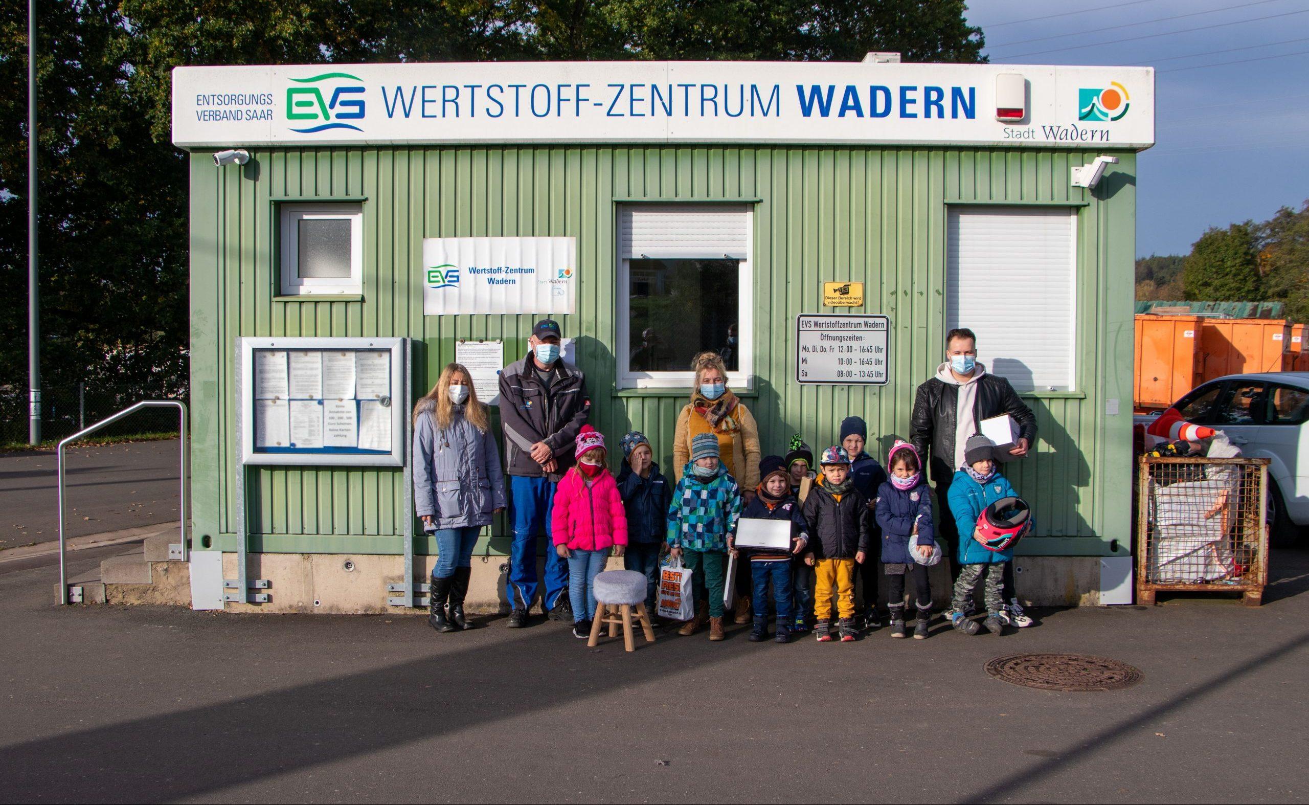 Kinder im Eingangsbereich des Wertstoffzentrums