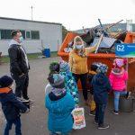 Kinder stehen am Mischschrott-Container