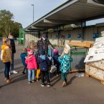 Kinder stehen vor Containern