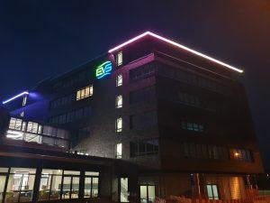 EVS Verwaltungsgebäude mit LED-Band in Regenbogenfarben