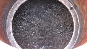 Blick auf den Klärschlamm durch den geöffneten Deckel des Faulturms
